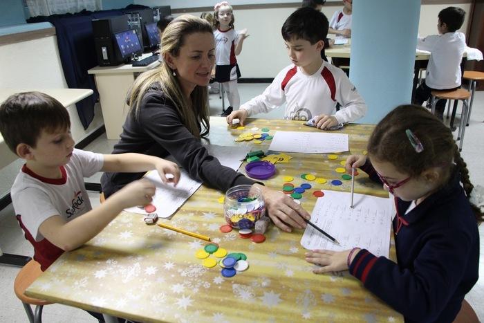 De modo colaborativo, educandos resolvem desafios utilizando estratégias, troca de experiências e recursos diversos