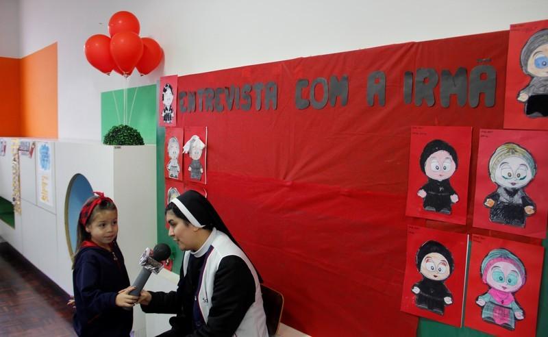 Turmas do Infantil V entrevistam Irmã Celina Ramires a respeito das vestimentas das religiosas do IASCJ