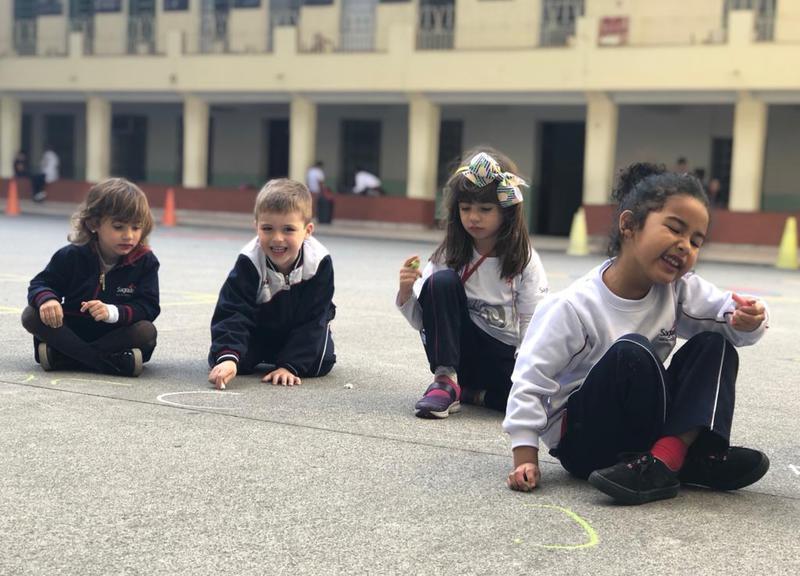 Crianças do Infantil IV realizam tentativas de escrita do nome em atividade de letramento