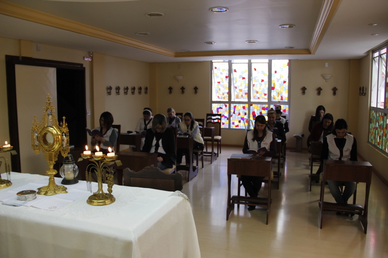 Adoração a Jesus Sacramentado reúne educadores responsáveis pelos Serviços do Colégio Sagrado