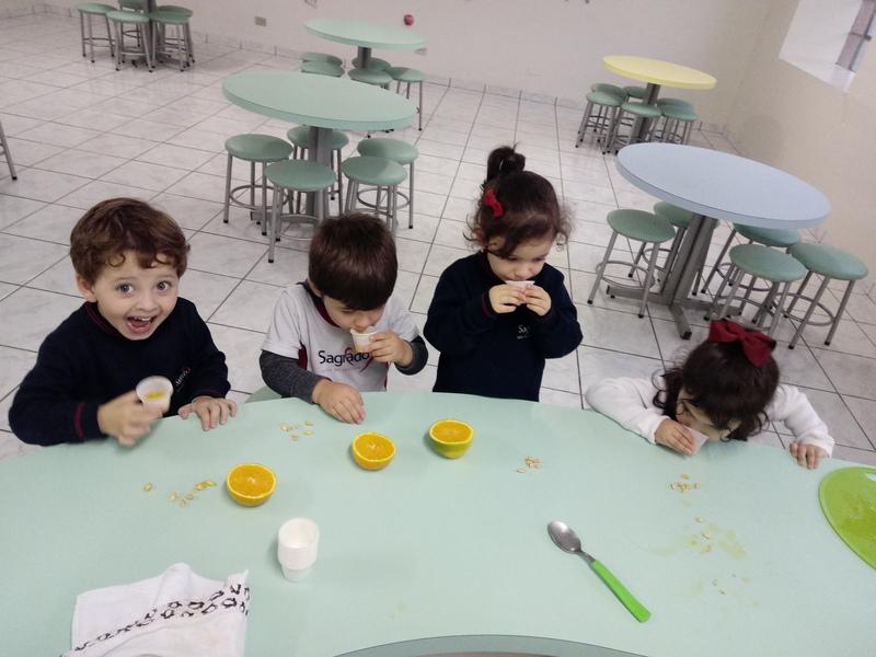"""Infantil II se diverte em atividade com o livro paradidático """"A Laranja Colorida"""""""