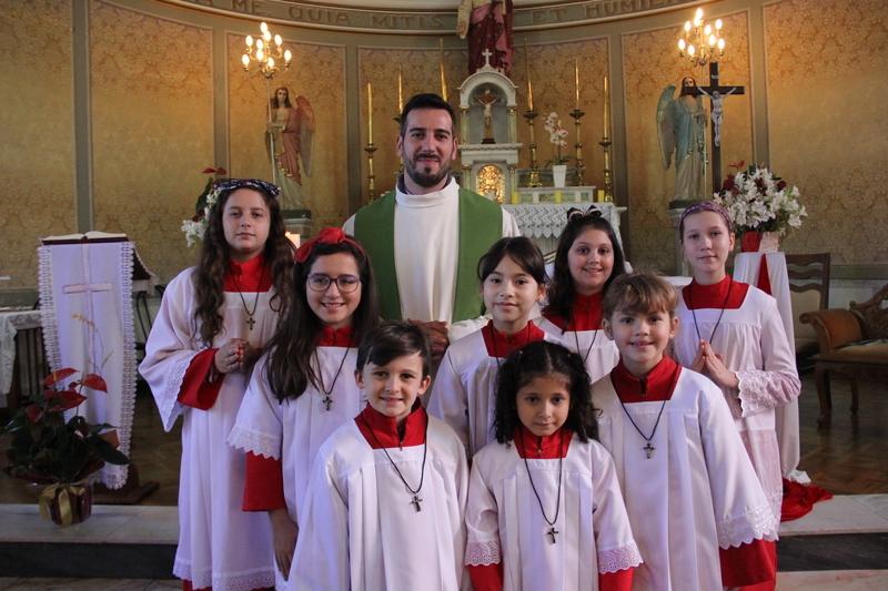 Serviço de Pastoral Escolar realiza investidura dos novos coroinhas na Santa Missa do Sagrado Coração de Jesus