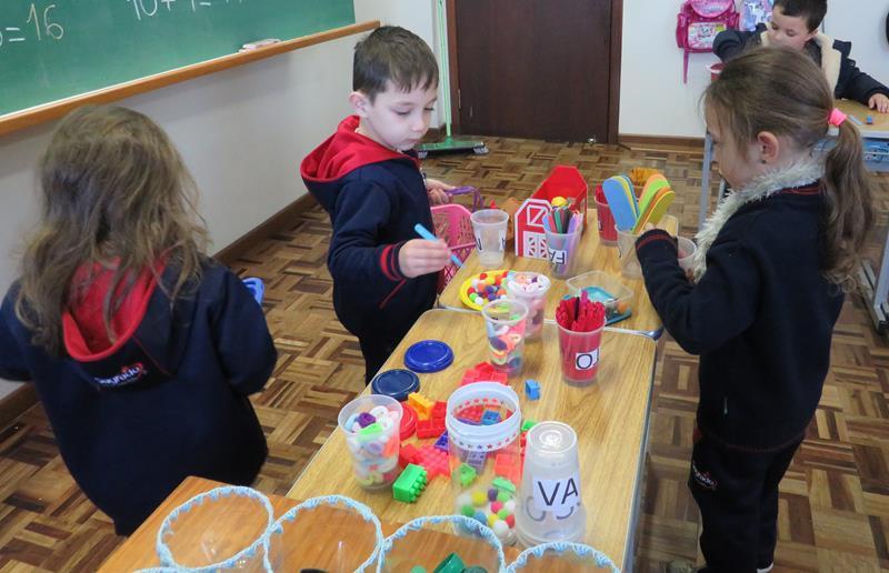 Brincando com a Dezena: atividade estimula raciocínio lógico das crianças do Infantil V