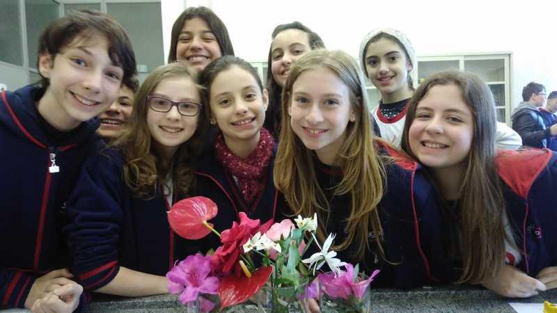 Além da beleza, educandos dos 7ºs anos exploram a anatomia das flores em aula de Botânica