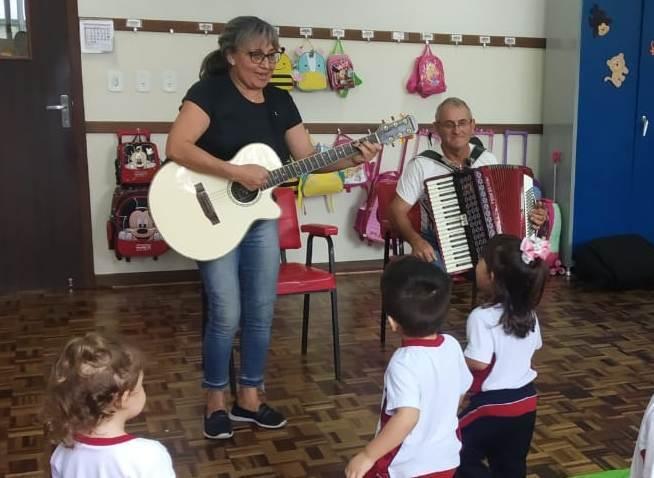 Infantil II conhece instrumentos musicais