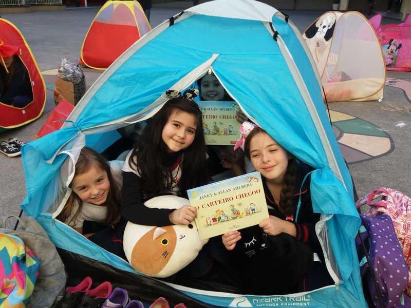 """Cabana de leitura: turmas do 3º ano se divertem lendo """"O Carteiro Chegou"""""""