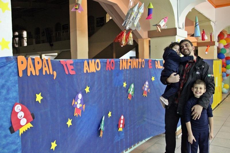 Crianças da Educação Infantil homenageiam os pais com apresentações artísticas