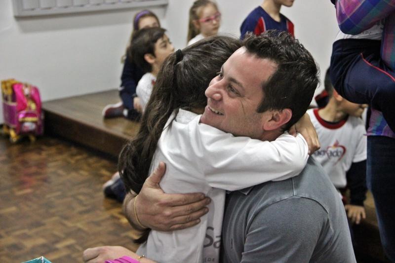 Pais de educandos do 1º, 2º e 3º ano do Ensino Fundamental I recebem homenagens e participam de Oficina Maker com os filhos