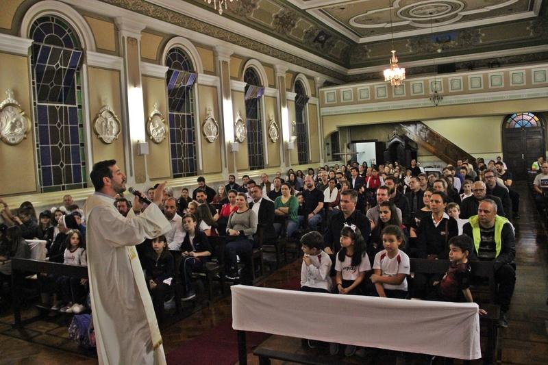 Santa Missa especial de Dia dos Pais reúne famílias de educandos e educadores