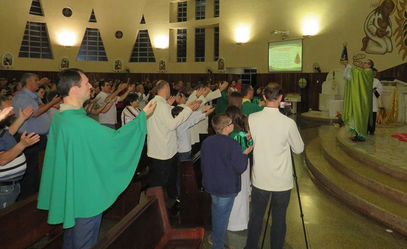 Pais do SAGRADO PG agradecem dom da paternidade em Santa Missa