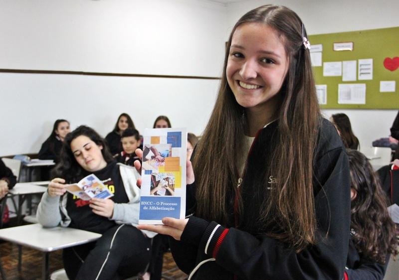 Educandos da 1ª série do Curso de Formação de Docentes criam folder para expor principais informações da BNCC