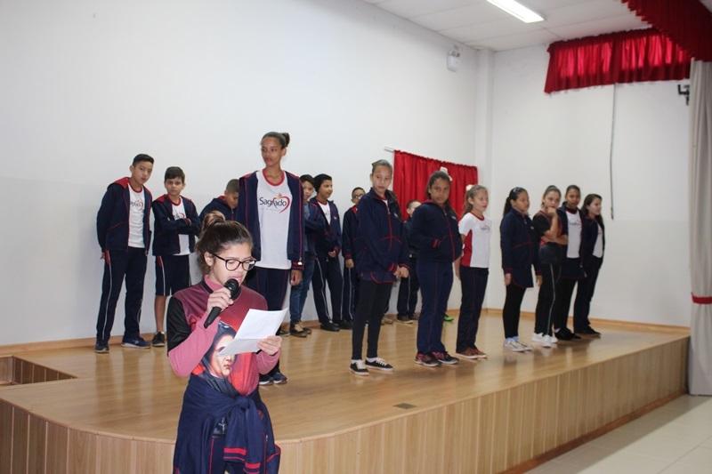 Educandos homenageiam a vocação à vida religiosa, celebrada no próximo domingo.