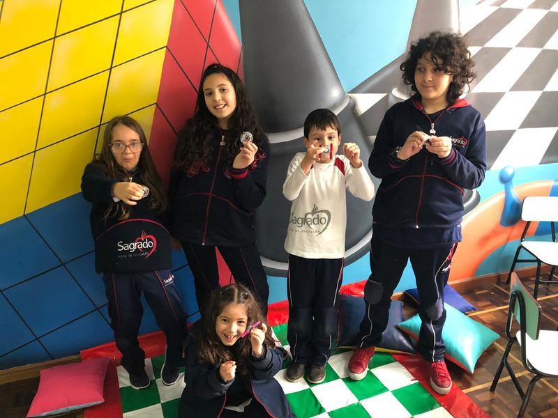 Fazendo o próprio brinquedo: educandos do Período Integral constroem Handspiner em sala de aula