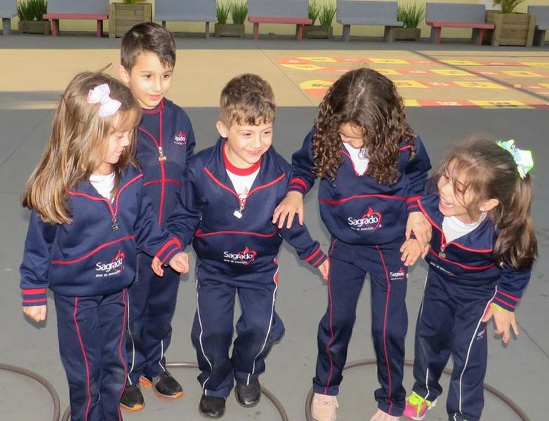 Infantil V aprende sobre noções espaciais