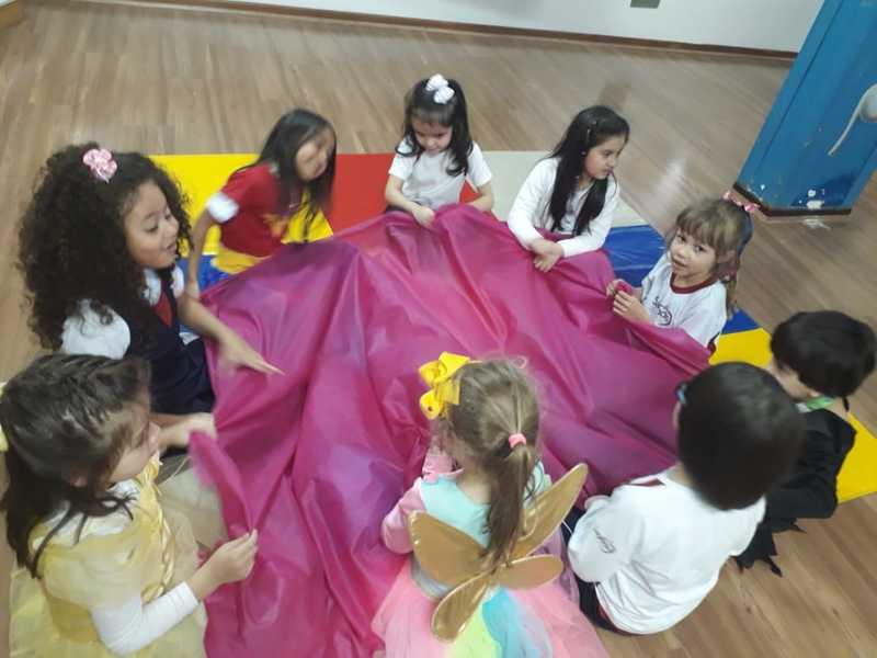 Crianças do Infantil V se divertem e aprendem durante brincadeiras cantadas