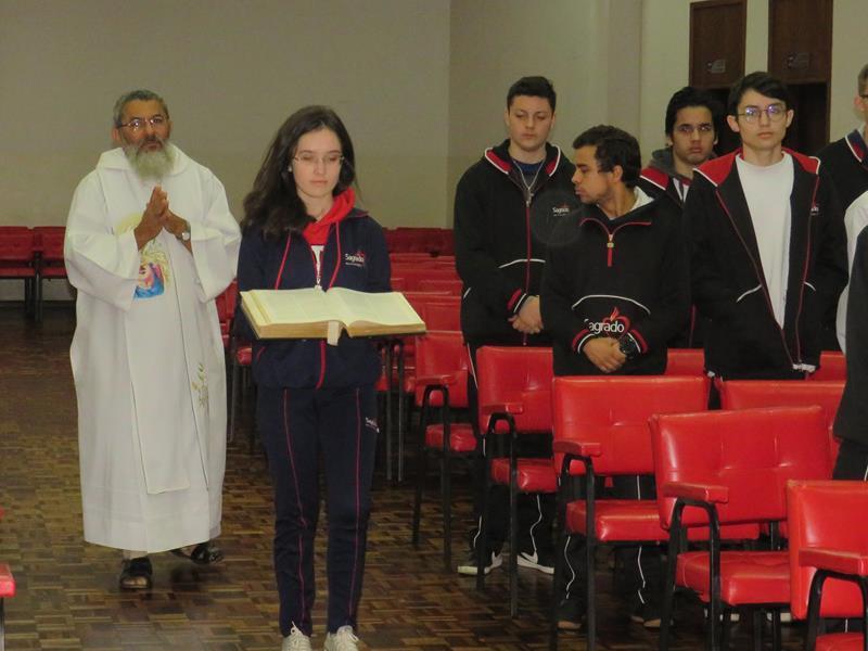 9º ano do Ensino Fundamental e 2ª série do Ensino Médio participam de Celebração Eucarística