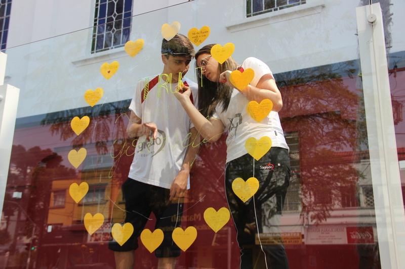 Setembro Amarelo: Educandos e educadores espalham cartazes com mensagens positivas e colorem fachada do Colégio