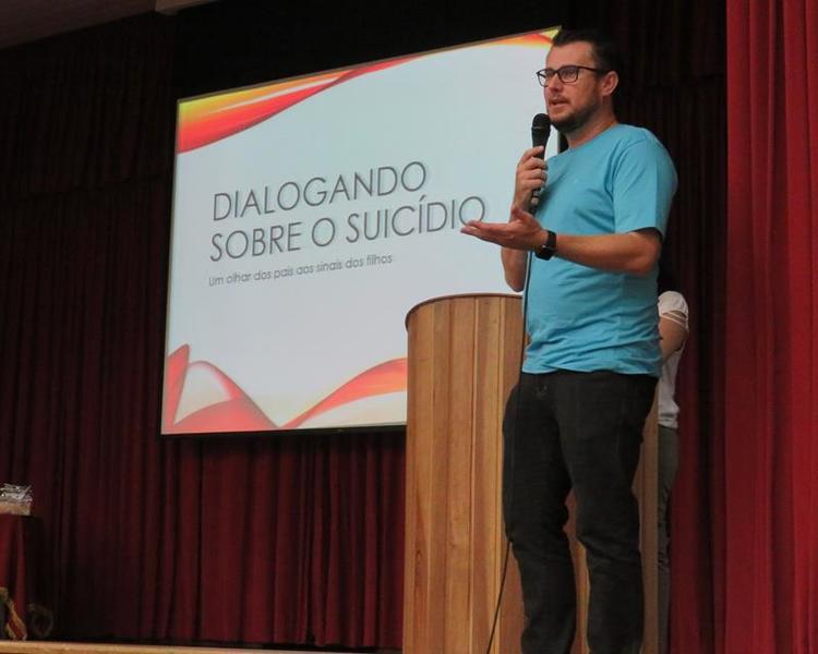 """SAGRADO PG realiza Escola de Pais com o tema """"Dialogando sobre o suicídio: um olhar dos pais sobre os sinais dos filhos"""""""