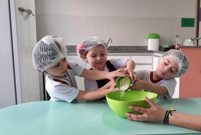 Bolo Delícia: crianças do Infantil III se divertem fazendo bolo e aprendem sobre o gênero textual Receita
