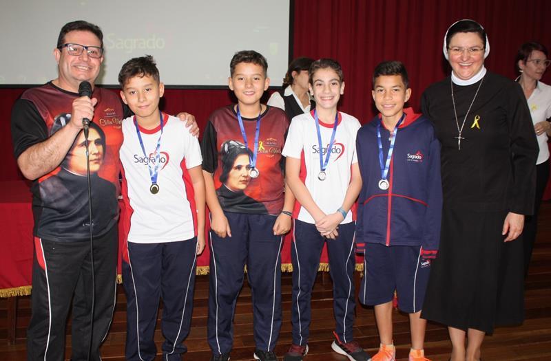 SAGRADO PG homenageia educandos que se de destacaram em jogos e Olimpíadas