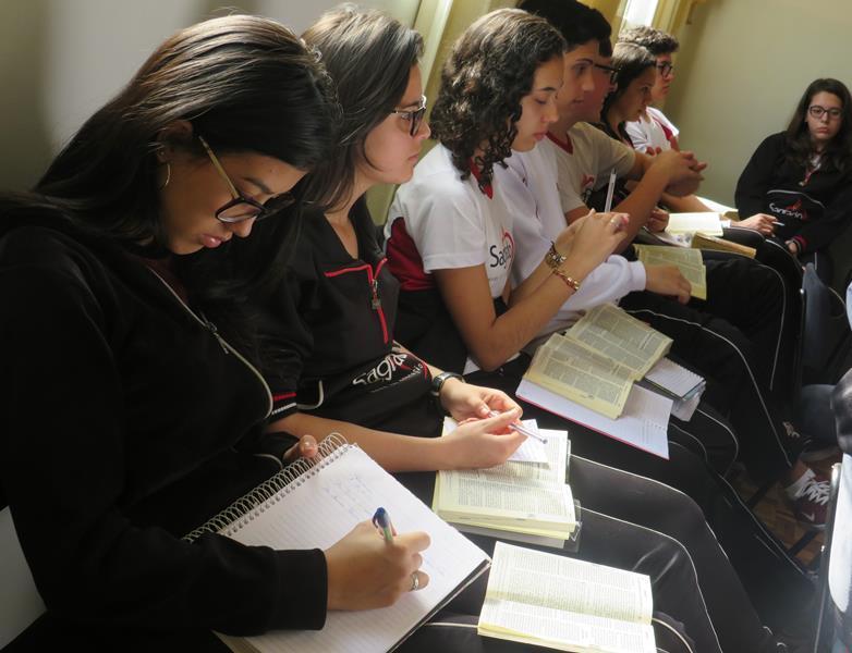 Educandos do Ensino Fundamental II e Médio participam de Lectio Divina
