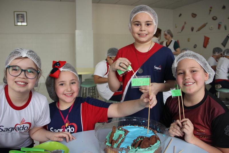 Geografia: turmas do 4º ano decoram bolo com base dos diferentes relevos brasileiros