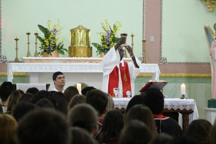 Educandos participam de Missa no início do Mês Missionário