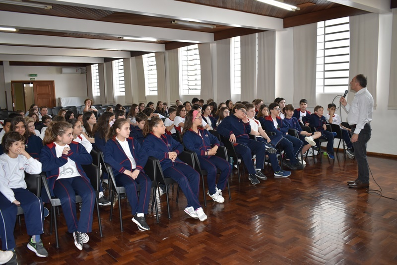 As turmas dos 6ºs e 8ºs anos, participaram de uma palestra sobre empreendedorismo
