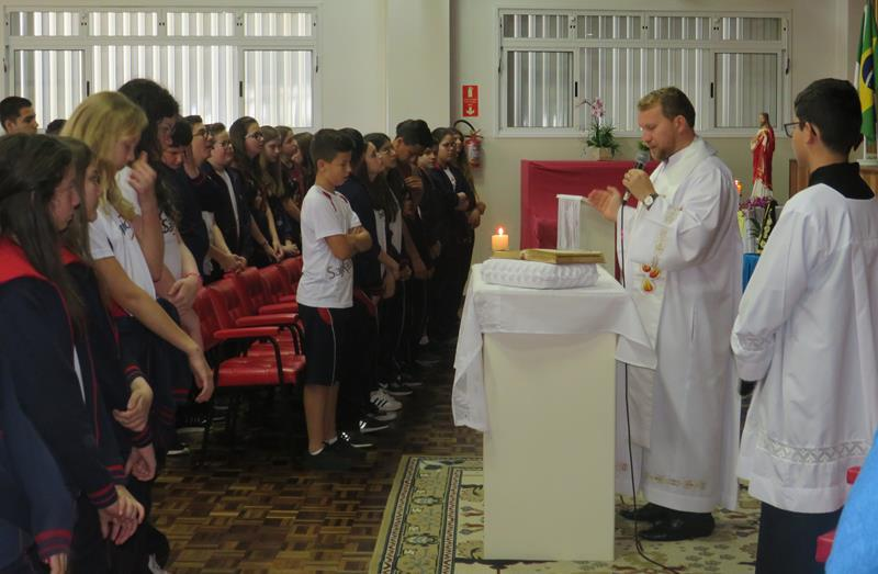 Em outubro, 7ºs e 8ºs anos participam de Celebração Eucarística da primeira sexta-feira do mês