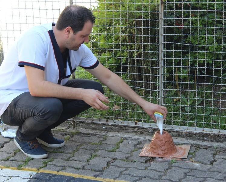 Brincando de ciência: vulcão em erupção