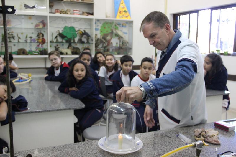 Educandos do 5º ano da Escola Santa Teresinha participam de vivência no 6º ano do Colégio Sagrado