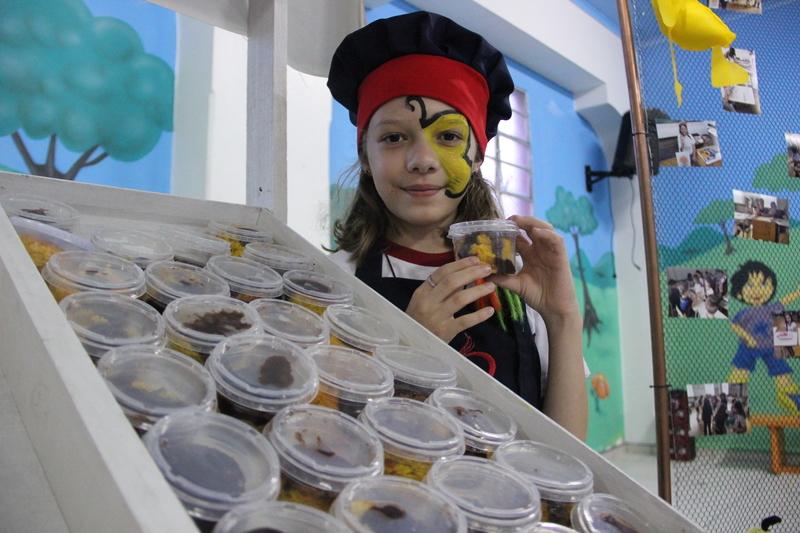 Em uma divertida Feira Livre, educandos do 3º ano vendem doces e bolos produzidos durante Projeto 2020