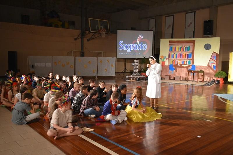 """Educandos dos 5ºs anos apresentam o teatro """"Bagunça encantada"""""""
