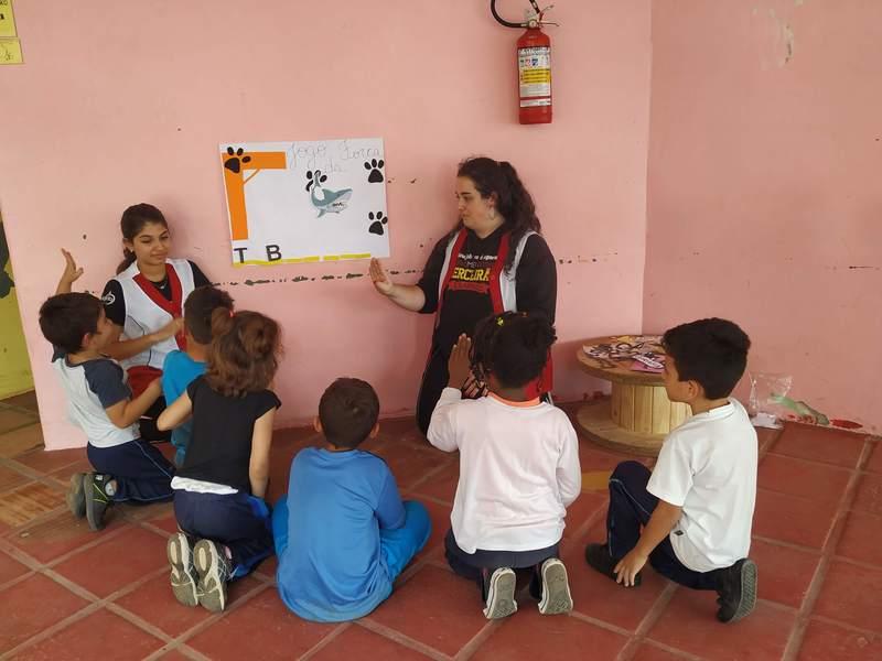 Normalistas da 3ª série do Curso de Formação de Docentes colocam em prática as aprendizagens em Libras