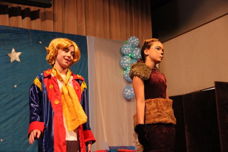 """Espetáculo """"O Pequeno Príncipe"""", encenado pelo Grupo Sagrado Arte, encanta crianças e adultos"""