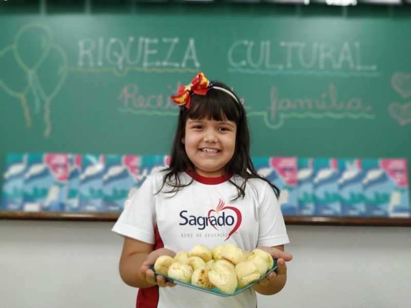 Para aprender sobre a Riqueza Cultural Brasileira, educandos do 2º ano apresentam suas receitas de família