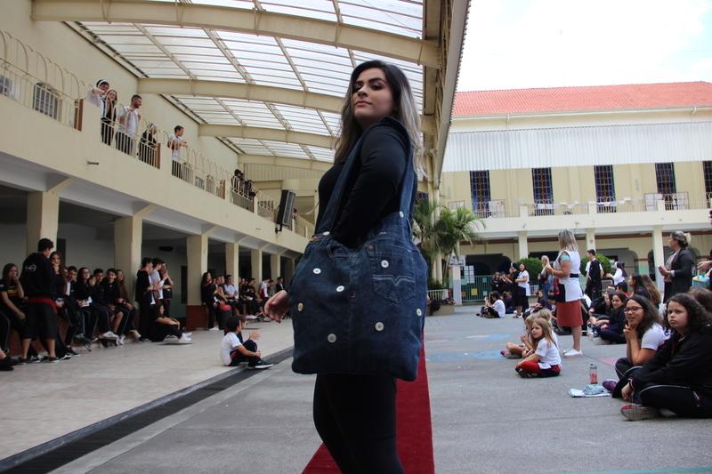 Educandos do Ensino Médio realizam desfile de bolsas sustentáveis