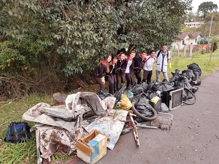Educandos do Ensino Médio recolhem quase 50 sacos de lixo em terrenos vazios de Santa Felicidade