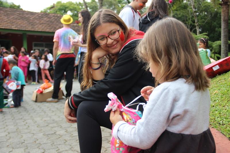Educandos do Ensino Médio fazem entrega das doações da Campanha Solidária de Natal