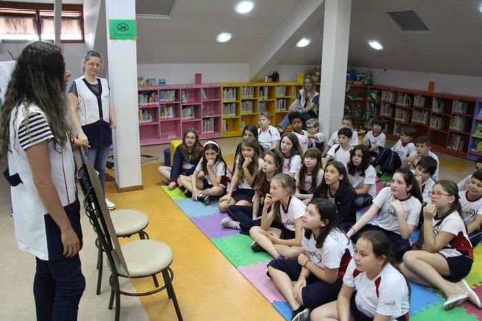 Contação de histórias bilíngue na Biblioteca Escolar