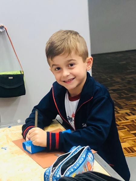 Crianças do 1º ano criam boneco de si mesmos durante atividade maker