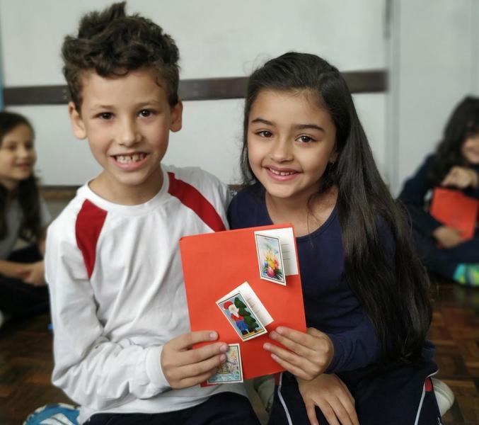 Educandos do 2º ano trocam cartões natalinos personalizados durante amigo secreto