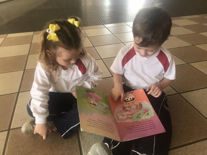 Leitura de histórias para as crianças do Infantil II