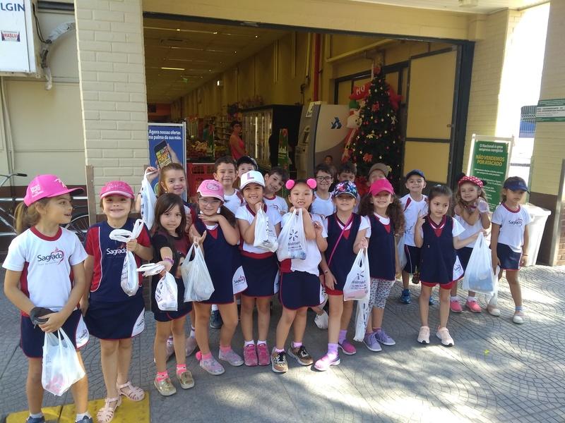 Infantil V compra o lanche em supermercado e aprende sobre o uso do dinheiro na prática
