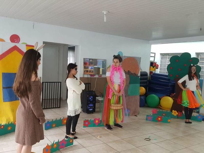 Educandos do Curso de Formação de Docentes utilizam o teatro para proporcionar desenvolvimento à crianças de escolas públicas