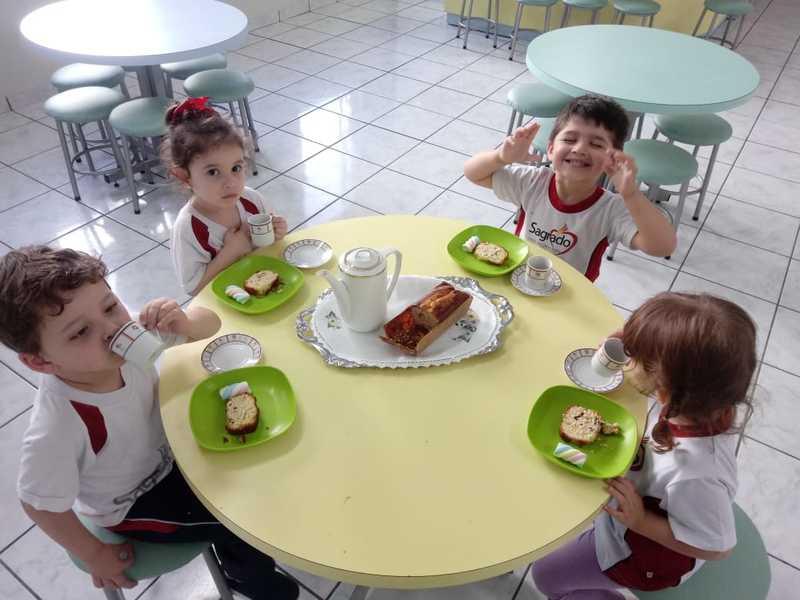 """Crianças do Infantil II aprendem sobre os tipos de plantas e realizam um """"Chá das Cinco"""" para selar conhecimento"""
