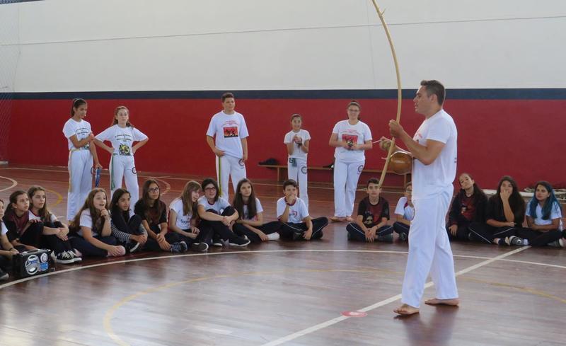 6ºs anos exploram a Capoeira através de aula prática