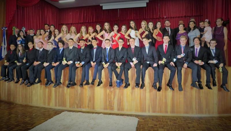 Educandos da 3ª série celebram conclusão do Ensino Médio