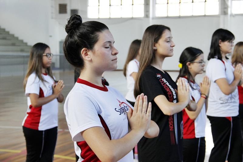 Equilíbrio: educandos do Curso de Formação de Docentes têm aula de Yoga para trabalhar o corpo e a mente