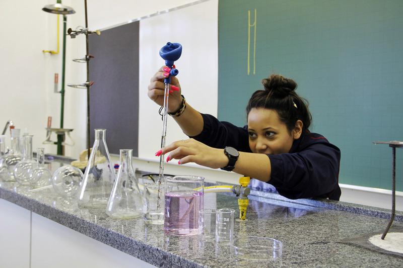 Educandos do 9º ano aprendem sobre normas de segurança, equipamentos e técnicas no Laboratório de Química